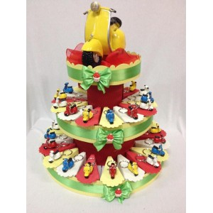 Torta bomboniera con portachiavi vespa colorata con confetti e bigliettino